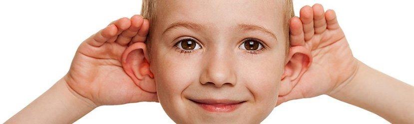 Ilustração Clássica de uma Criança no Período Pré-Escolar com Orelha em Abano Bilateral